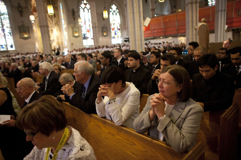 Personas rezando las letanías del rosario