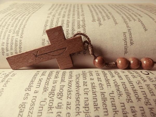 Como rezar con el rosario de madera