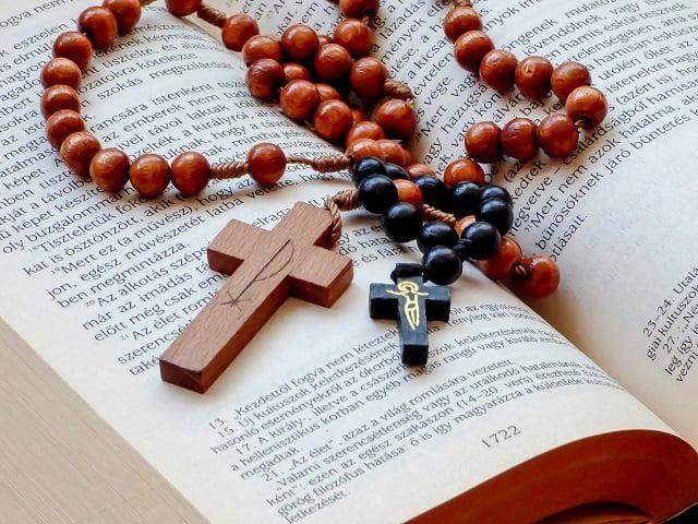 como rezar el rosario con la biblia
